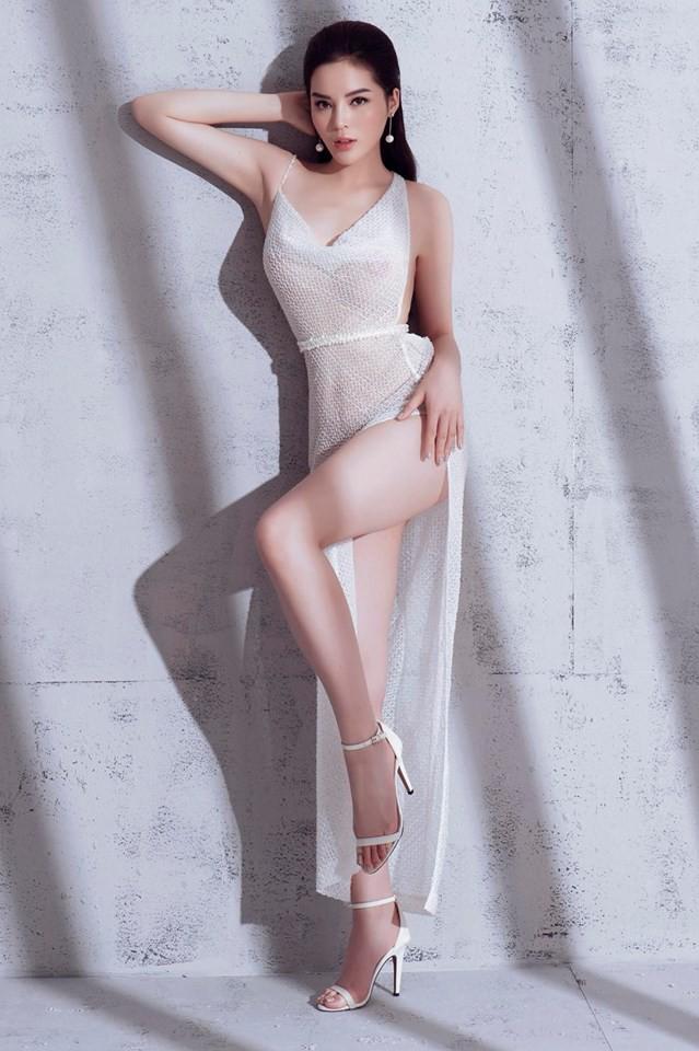 Chắc cô là Hoa hậu Việt Nam duy nhất đi theo hình ảnh sexy quá đà thế này.