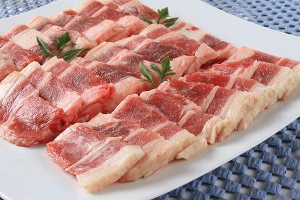 Một gia đình phải nhập viện do ăn thịt lợn để lâu trong tủ lạnh.