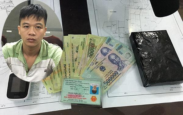 Vũ Tiến Dũng và 1 bánh heroin tại Phòng Cảnh sát ĐTTP về ma túy Công an tỉnh Nam Định.