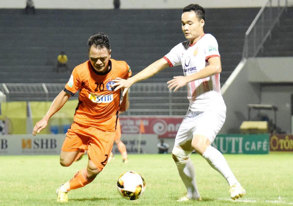 Thất bại trước SHB Đà Nẵng là trận thua thứ thứ 8 của Nam Định (phải) sau 12 vòng đấu ở V-League 2018.  Ảnh: Q.H