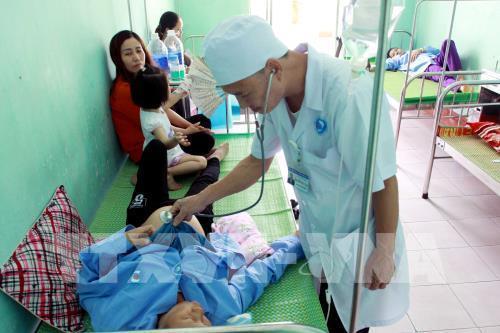 Bác sĩ thăm khám cho các bệnh nhân bị ngộ độc. Ảnh: Thế Duyệt – TTXVN