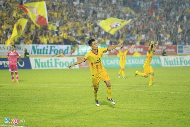 Minh Tuấn ăn mừng bàn thắng trong sự cuồng nhiệt của cổ động viên Nam Định. Ảnh: Kiệt Trần.