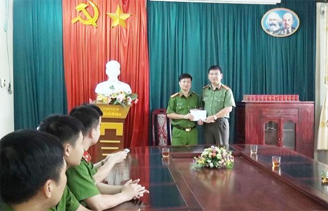 Đại tá Dương Văn Tính - Phó giám đốc Công an tỉnh thưởng