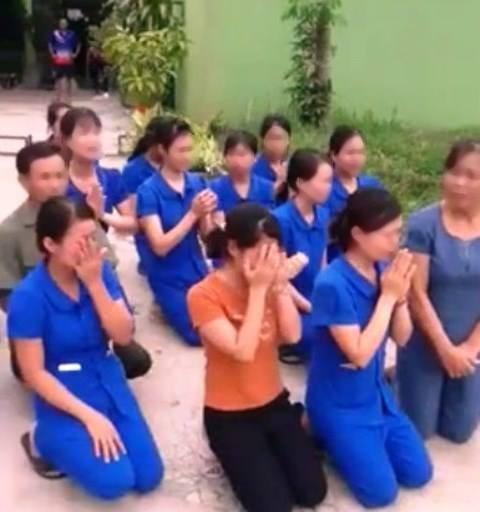 Các cô giáo quỳ khóc xin không đóng cơ sở dạy trẻ - Ảnh cắt từ clip