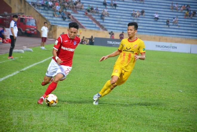 Các cầu thủ Than Quảng Ninh (áo đỏ) đã có thế trận lấn lướt đội chủ nhà Nam Định trên sân vận động Thiên Trường. (Ảnh Công Luật/TTXVN)