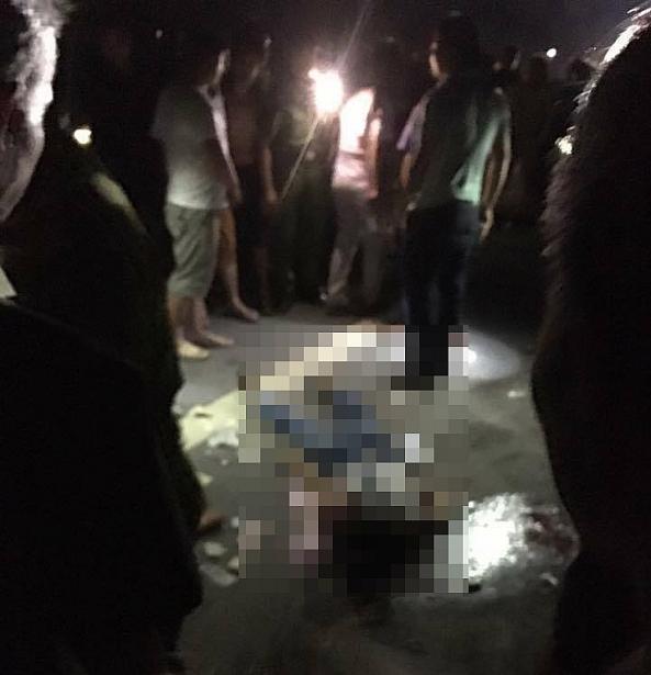 Hiện trường vụ tai nạn khiến hai nữ sinh tử vong bên cạnh chiếc xe máy (Ảnh CTV).