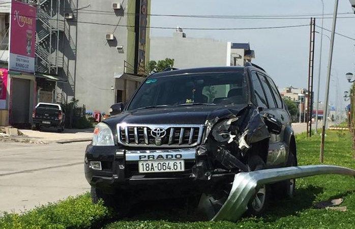 Chiếc Toyota Prado đang chạy tốc độ khá cao bất ngờ lao lên dải phân cách, húc gãy văng cột đèn chiếu sáng