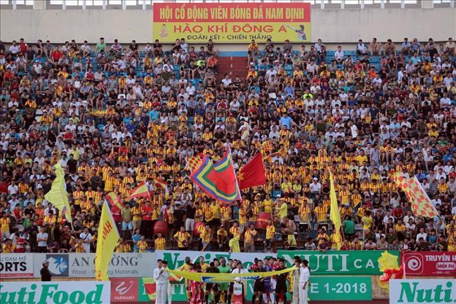 Các CĐV thành Nam luôn cổ vũ cuồng nhiệt cho thầy trò HLV Nguyễn Văn Sỹ - Ảnh VPF