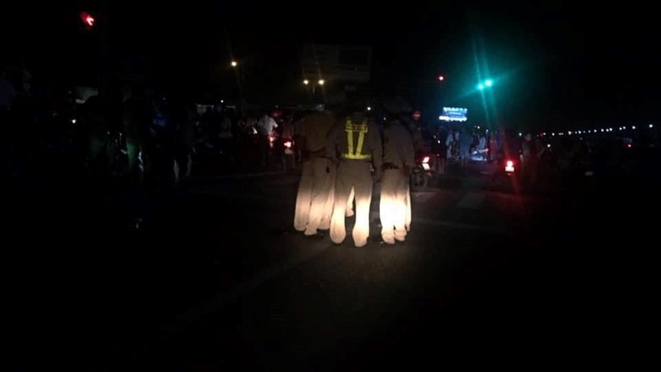 Hình ảnh các lực lượng chức năng Hưng Yên làm nhiệm vụ, điều tiết giao thông, đảm bảo an ninh khi gia đình nạn nhân đưa quan tài diễu phố trước đó.