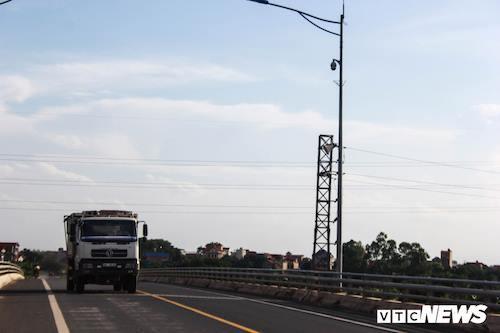 Ở phía đối diện bên kia đường không xa là camera được lắp đặt ở đoạn giữa chân cầu. Ảnh: VTC News.