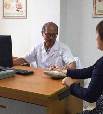 Bác sĩ Từ Đại Thành, Phó Chủ nhiệm khoa điều trị, Bệnh viện Đông Tây Y kết hợp thành phố Nam Kinh (TQ)