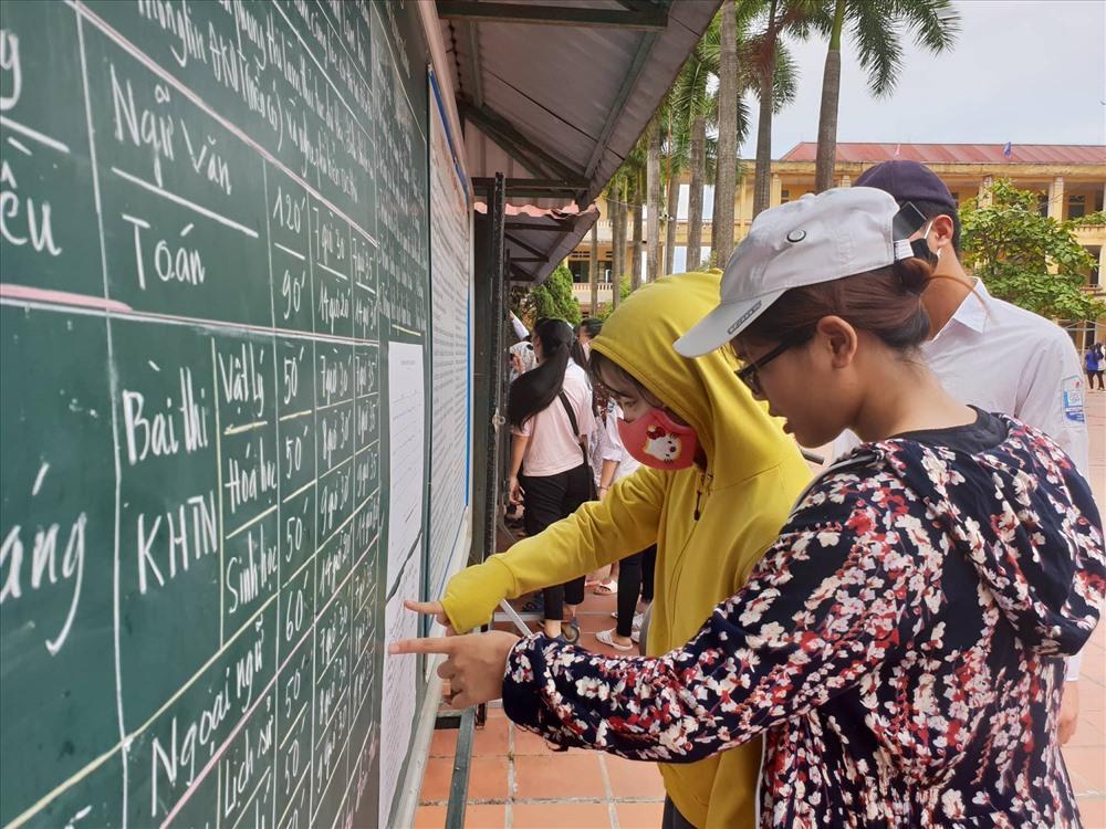 Thí sinh tại Thái Bình có mặt từ sớm để rà soát lại phòng thi và số báo danh của mình. Ảnh: Huyên Nguyễn.