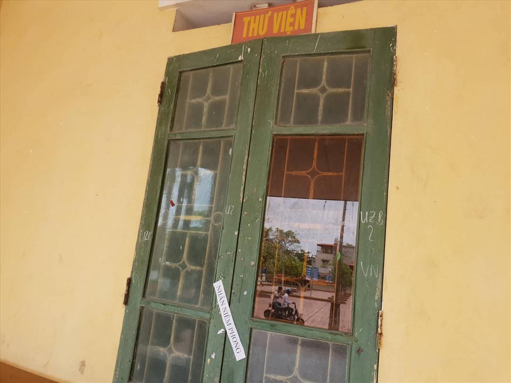 Các lớp học không dùng đến đều được Trường THPT Quỳnh Thọ niêm phong cẩn thận.