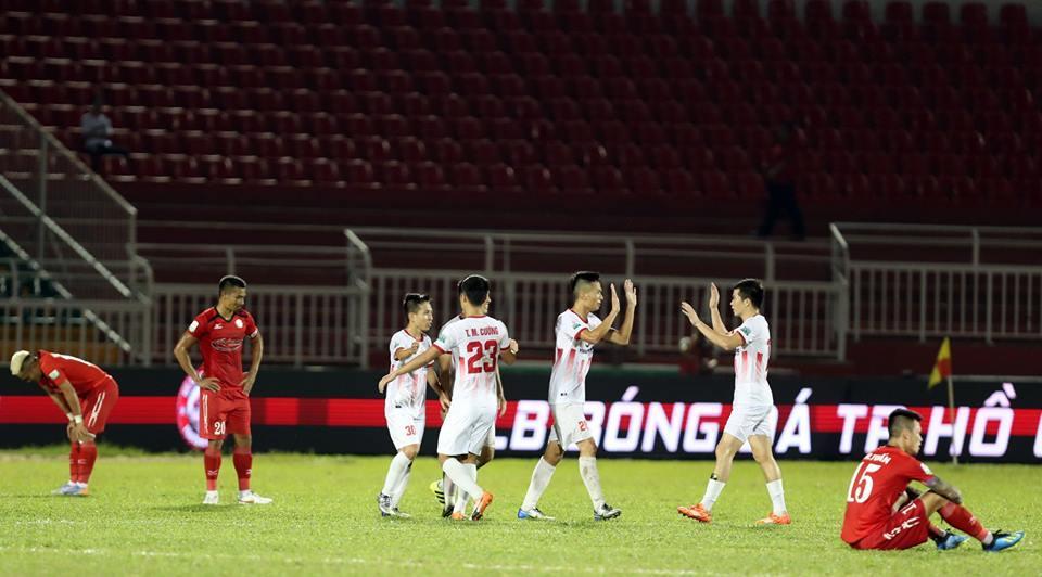 Nam Định (áo trắng) đã có chiến thắng quan trọng trước CLB TPHCM. Ảnh: Hồng Linh