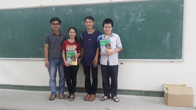 Thầy giáo Quang và học sinh của mình.