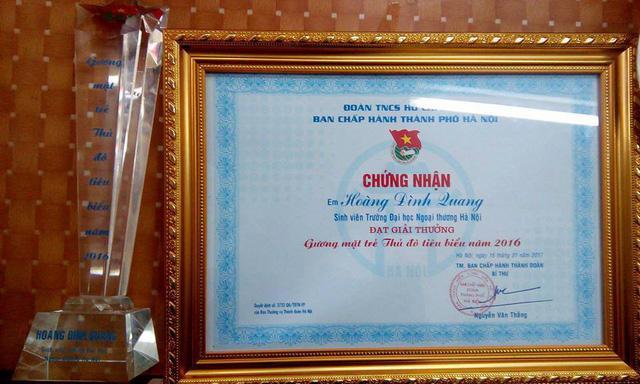Quang nhận giải thưởng Gương mặt trẻ Thủ đô tiêu biểu năm 2016