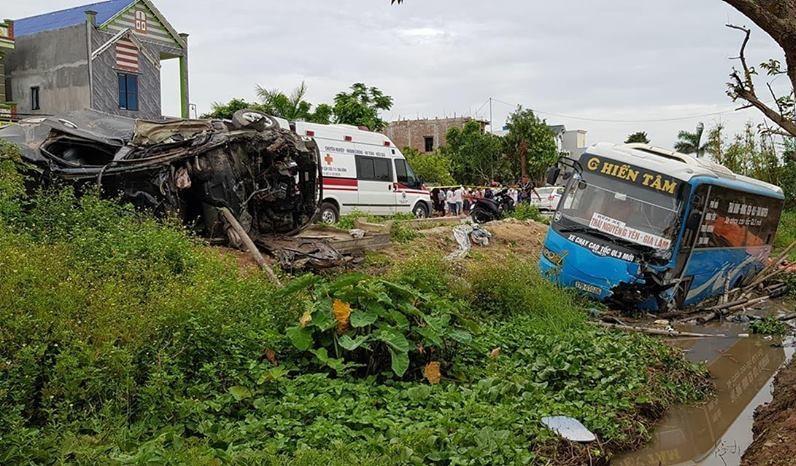 Hiện trường vụ TNGT nghiêm trọng giữa xe khách với xe ôtô co