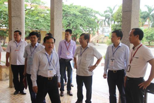 Ông Mai Văn Trinh thị sát tại điểm thi Trường THPT Hoàng Văn Thụ (Nam Định)
