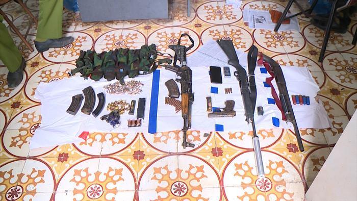 Nhiều vũ khí bị thu giữ tại nhà các đối tượng.