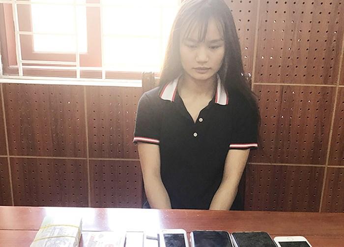 Dương Thị Thu Uyên cùng tang vật vụ án