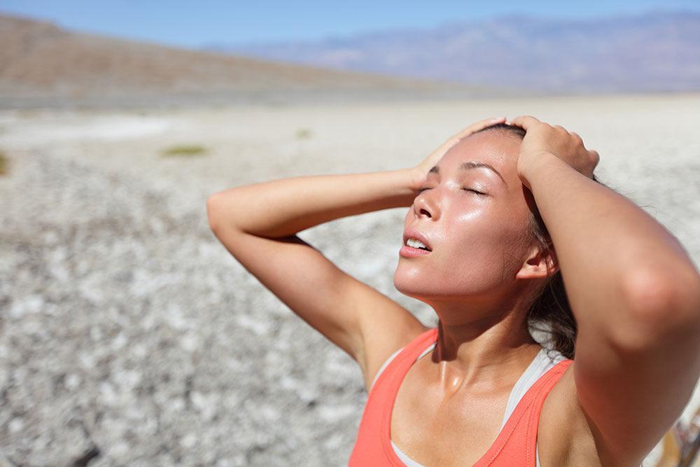 Nhiệt độ cao có thể gây mất nước, say nắng nguy hiểm đến tính mạng. Ảnh minh họa.