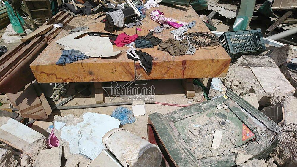 Sập gỗ dày khoảng 30cm tìm thấy trong sào huyệt của Tuân