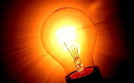 Bóng đèn dây tóc khi được đốt cháy giống như một ống chân không và thực sự nổ tung khi bị quá tải. (Ảnh: baomoi)