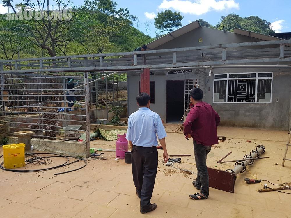 Căn nhà của trùm ma túy Nguyễn Văn Thuận (34 tuổi, tức Thuận Chuột, Thổ, quê ở huyện Thanh Liêm, tỉnh Hà Nam) nằm trên một quả đồi thấp ở bản Tà Dê, xã Lóng Luông, huyện Vân Hồ, Sơn La.