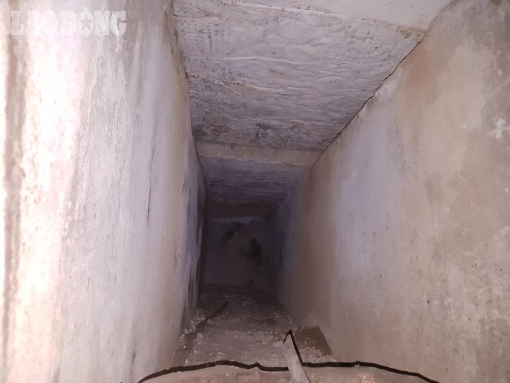 Đường hầm khá nhỏ hẹp, chỉ vừa một người trưởng thành.