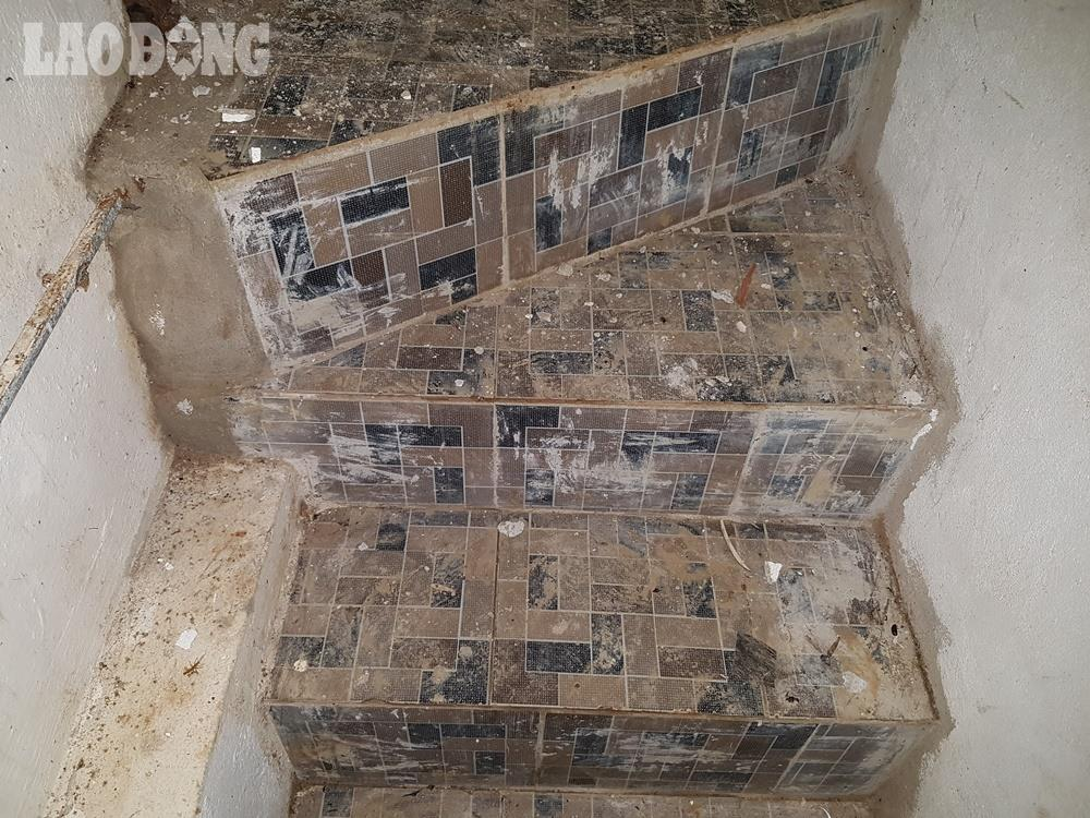 Cầu thang của hầm được xây dựng bằng vật liệu đá hoa khá vững chắc.