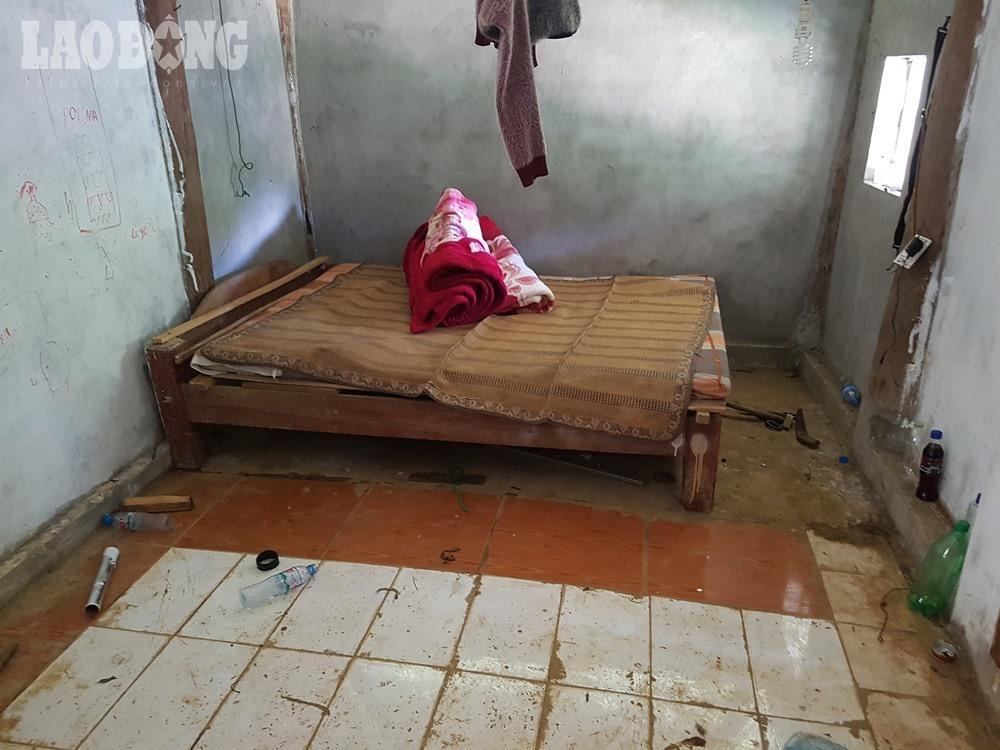 Bên trong đồ đạc khá sơ sài, chỉ có một chiếc giường ngủ.