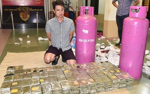 Đối tượng Nguyễn Quốc Hùng và tang vật vụ án tại thời điểm bị bắt. Ảnh: Zing.vn.