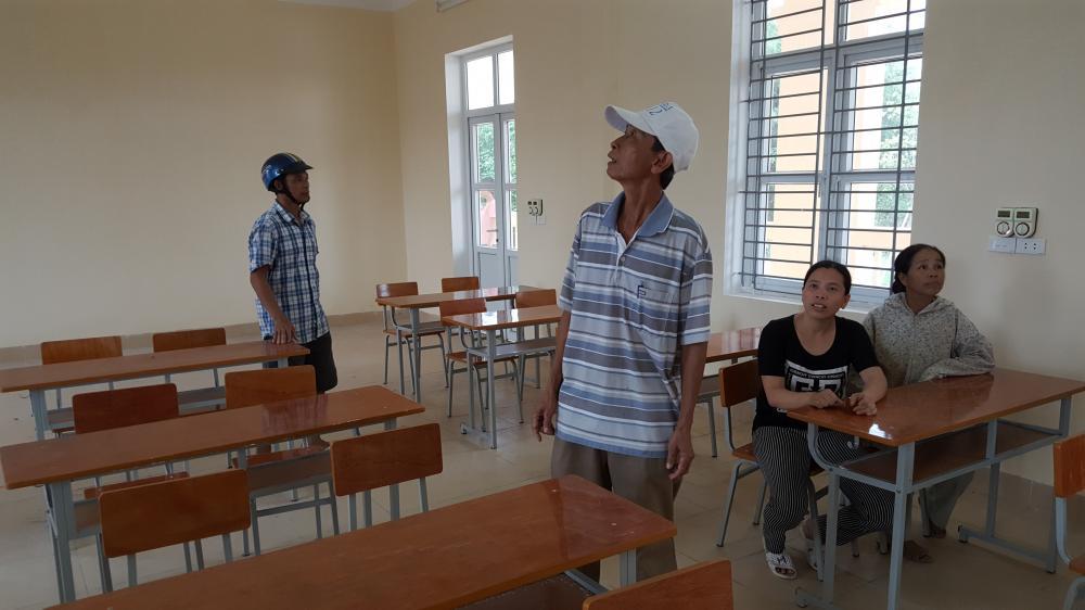 Người dân xóm 9 thôn Vân Đồn nuối tiếc ngôi trường mới khang trang, sạch sẽ nhưng chưa được sử dụng