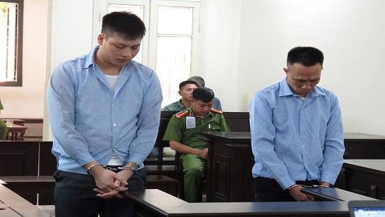 Hai bị cáo Phòng và Cường tại phiên tòa xét xử