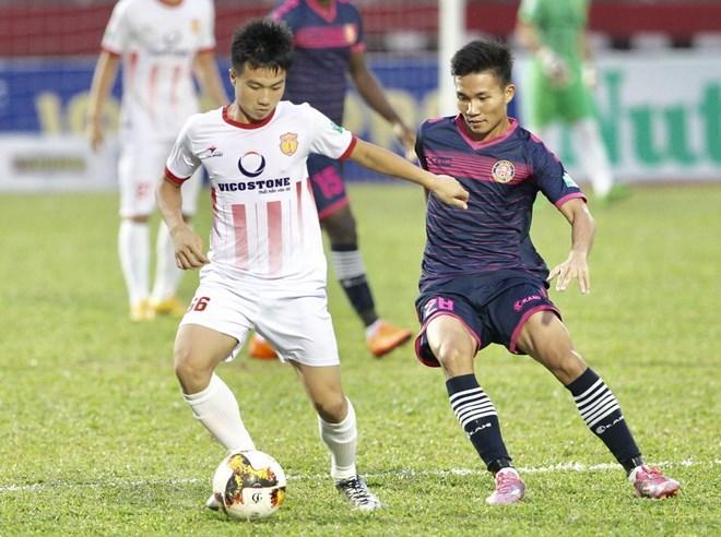 Pha tranh bóng giữa Đinh Văn Trường (66, Nam Định) và Nguyến Vũ Tín (28, Sài Gòn FC), vòng 17 V-League 2018. (Ảnh: Quang Nhựt/TTXVN)