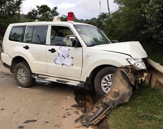 Xe cứu thương hư hỏng nặng sau tai nạn. Ảnh: Phụng Quang.