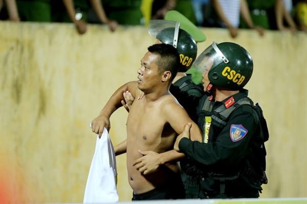 CĐV quá khích của Nam Định nhanh chóng bị lực lượng chức năng khống chế Ảnh: HẢI ĐĂNG