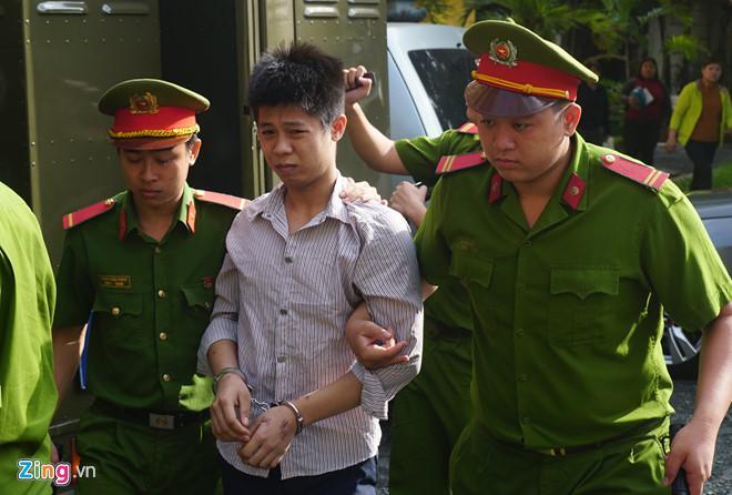 Nguyễn Hữu Tình được đưa đến tòa. Tình đối diện với khung hình phạt tử hình với 2 tội danh. Ảnh: Lê Quân.