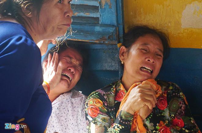 Bà Mai Thị Hường (áo hoa đỏ), chị của ông Chinh từ quê Thanh Hóa vào khuya 8/7 để dự phiên tòa. Ảnh: Lê Quân.