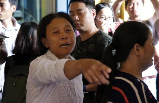 Người nhà nạn nhân tức giận phản ứng dữ dội khi gặp bị cáo Mai Hữu Tình.