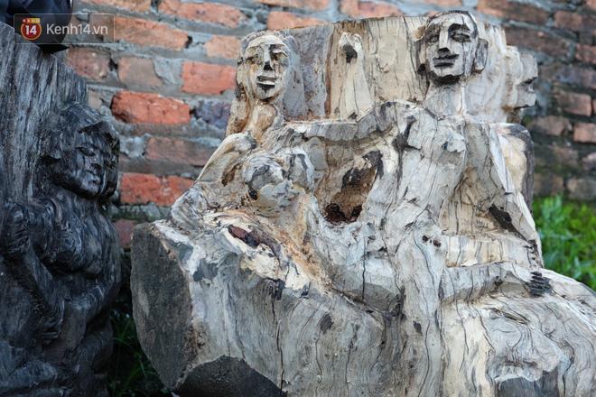 Một bức tượng vợ chồng mà anh đang đẽo dở.