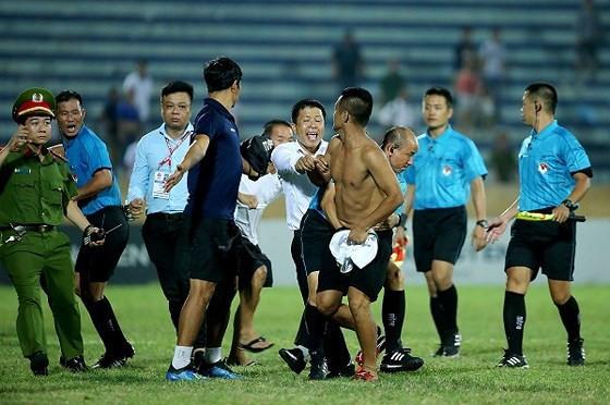 CĐV quá khích đuổi đánh trọng tài ngay trên sân Thiên Trường. Ảnh: Minh Hoàng.