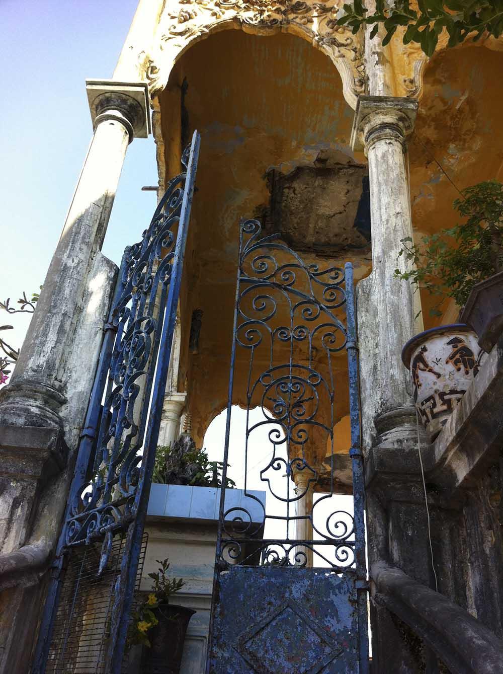 Dấu vết thời gian đã phủ lên tòa biệt thự cổ.