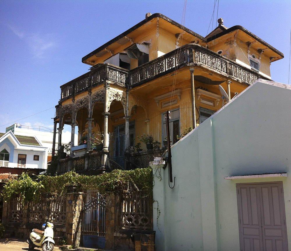 Ngôi biệt thự cổ mang kiến trúc Pháp được xây dựng năm 1928 khi Bá Thiên tròn 30 tuổi. Đây là ngôi nhà to đẹp nhất xứ Phan Thiết thời đó.