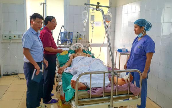 Ban ATGT TP Hà Nội thăm hỏi tài xế Thế tại Khoa Hồi sức Bệnh viện 198