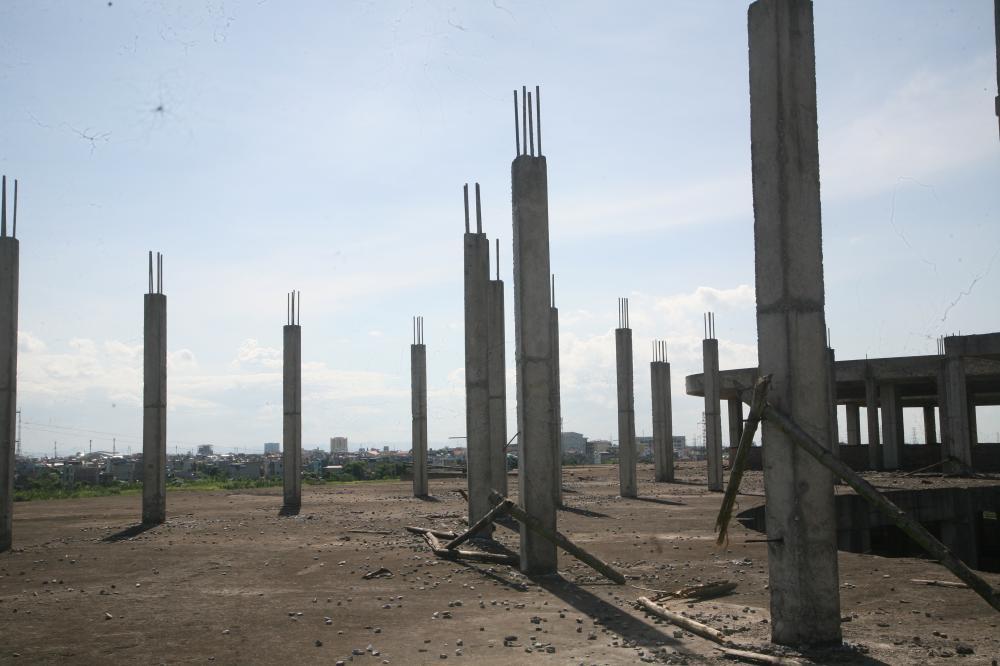 Nhiều cột bê tông vẫn để sắt chờ, lâu ngày bị hoen gỉ, hư hỏng