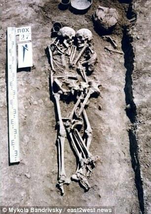 Hai bộ xương trong tư thế rất tình cảm.
