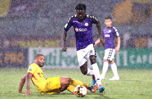 Nam Định dẫn trước ba bàn nhưng để Hà Nội gỡ hòa chỉ trong 10 phút cuối trận. Ảnh: Quang Minh