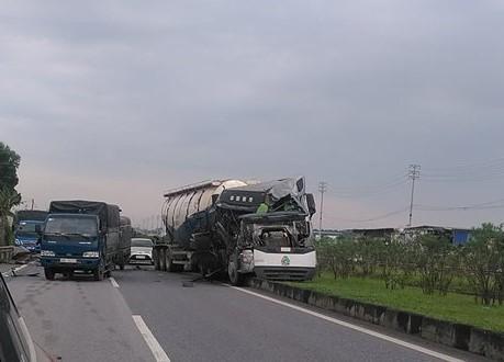 Sau va chạm, xe bồn mất lái lao thẳng lên dải phân cách giữa cao tốc Hà Nội - Thái Nguyên