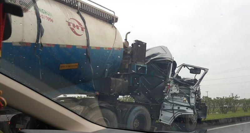 Đầu xe bồn hư hỏng nặng sau tai nạn, rất may không xảy ra thương vong về người